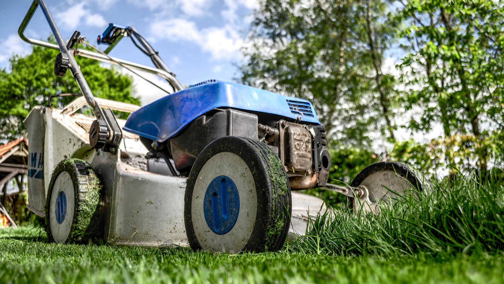 Græsslåning ved FN MultiService i Svendborg